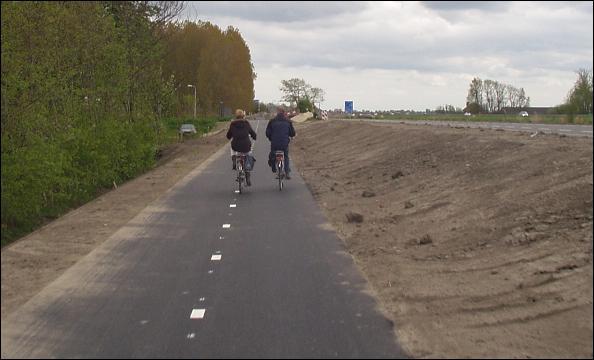 Afbeeldingsresultaat voor vrijliggend fietspad op dijk